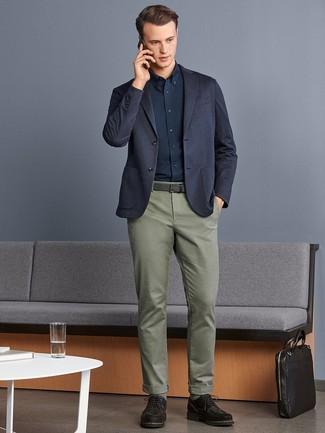 Comment porter: blazer en tricot bleu marine, chemise de ville bleu marine, pantalon chino olive, chaussures derby en daim marron foncé