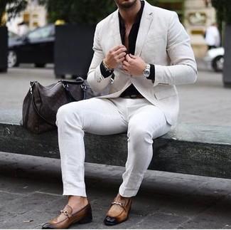Comment porter un blazer en lin beige: Pense à opter pour un blazer en lin beige et un pantalon chino blanc pour un look idéal au travail. Jouez la carte classique pour les chaussures et opte pour une paire de des slippers en cuir marron clair.
