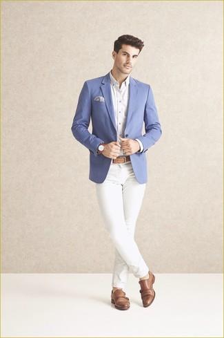 Comment porter: blazer bleu, chemise de ville blanche, pantalon chino blanc, double monks en cuir marron clair