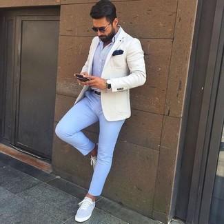 Comment porter: blazer beige, chemise de ville bleu clair, pantalon chino bleu clair, baskets basses en toile grises