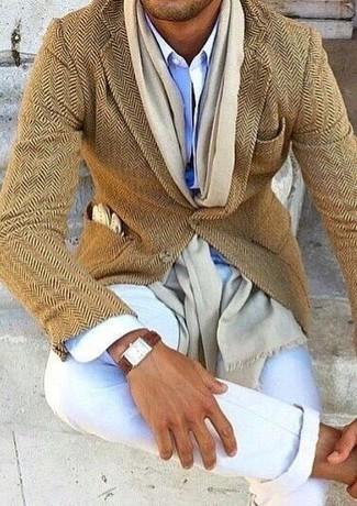 Comment porter: blazer en laine à chevrons marron clair, chemise de ville bleu clair, pantalon chino blanc, écharpe beige