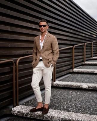 Comment porter: blazer marron, chemise de ville blanche, pantalon chino blanc, mocassins à pampilles en daim marron foncé