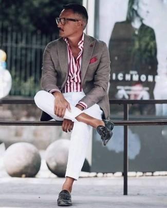 Comment porter: blazer marron, chemise de ville à rayures verticales blanc et rouge, pantalon chino blanc, mocassins à pampilles en cuir noirs
