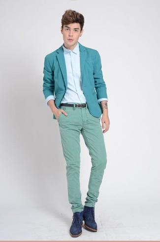 Comment porter: blazer vert menthe, chemise de ville bleu clair, pantalon chino vert menthe, bottines chukka en daim bleu marine