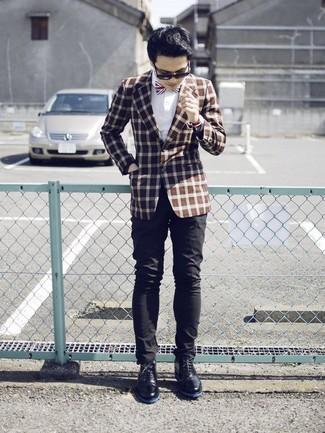 Comment porter: blazer à carreaux marron, chemise de ville blanche, pantalon chino noir, bottines chukka en cuir noires