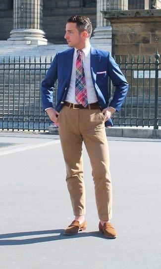 Comment porter: blazer bleu, chemise de ville blanche, pantalon chino marron clair, slippers en daim marron