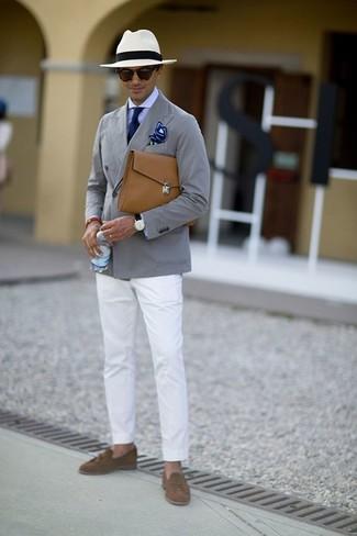 Comment porter: blazer en coton gris, chemise de ville violet clair, pantalon chino blanc, mocassins à pampilles en daim marron