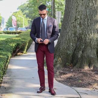 Comment porter: blazer à carreaux marron foncé, chemise de ville bleu clair, pantalon chino bordeaux, slippers en cuir bordeaux