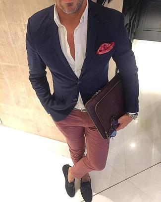 Comment porter: blazer noir, chemise de ville blanche, pantalon chino rose, mocassins à pampilles en daim marron foncé
