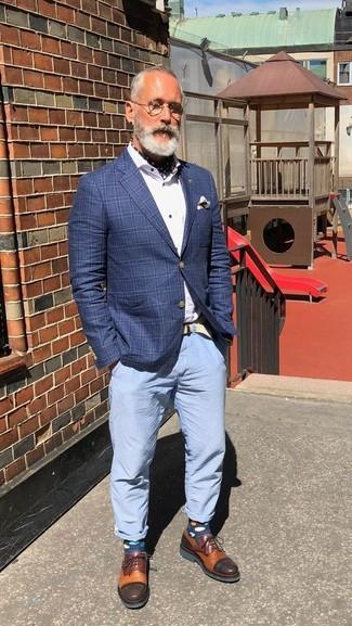 Comment porter des chaussettes á pois bleu marine: Marie un blazer à carreaux bleu avec des chaussettes á pois bleu marine pour un look confortable et décontracté. Habille ta tenue avec une paire de des chaussures derby en cuir tabac.