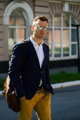 Comment porter: blazer noir, chemise de ville blanche, pantalon chino moutarde, besace en cuir marron foncé