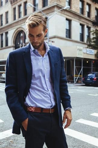 Comment porter: blazer en coton bleu marine, chemise de ville en pied-de-poule bleu clair, pantalon chino bleu marine, ceinture en cuir marron