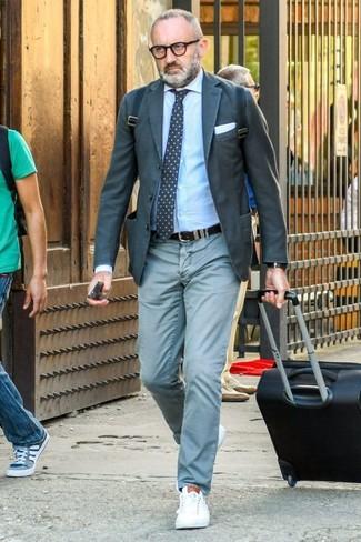 Comment porter: blazer gris foncé, chemise de ville bleu clair, pantalon chino vert menthe, baskets basses en cuir blanches