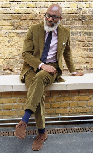 Comment porter: blazer en velours côtelé olive, chemise de ville à rayures verticales rose, pantalon chino en velours côtelé olive, bottines chukka en daim marron