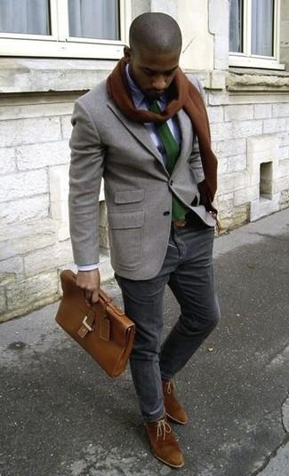 Comment porter: blazer en laine gris, chemise de ville blanche, pantalon chino en velours côtelé noir, bottines chukka en daim marron