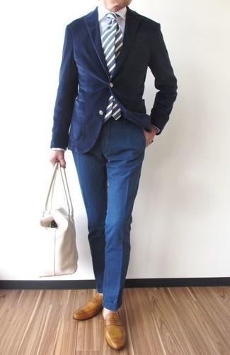 Comment porter une cravate à rayures verticales bleu marine après 40 ans: Choisis un blazer en velours côtelé bleu marine et une cravate à rayures verticales bleu marine pour un look classique et élégant. Complète ce look avec une paire de des slippers en cuir moutarde.