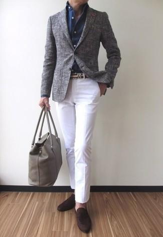 Comment porter: blazer en laine gris, chemise de ville bleu marine, pantalon chino blanc, slippers en daim marron foncé