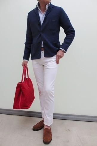 Comment porter: blazer en tricot bleu marine, chemise de ville à rayures verticales bleu clair, pantalon chino blanc, slippers en daim tabac