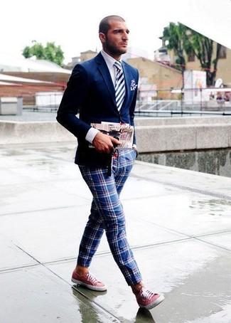 Comment porter une cravate à rayures verticales bleu marine et blanc: Fais l'expérience d'un style classique avec un blazer bleu marine et une cravate à rayures verticales bleu marine et blanc. D'une humeur audacieuse? Complète ta tenue avec une paire de des baskets basses en toile rouges.