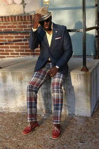 Comment porter: blazer noir, chemise de ville jaune, pantalon chino écossais multicolore, mocassins en cuir rouges