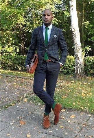 Comment porter: blazer écossais vert foncé, chemise de ville blanche, pantalon chino noir, bottines chukka en daim tabac