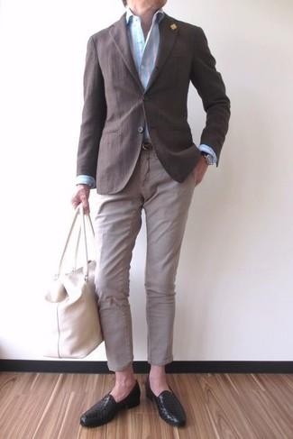 Comment porter: blazer marron foncé, chemise de ville à rayures verticales bleu clair, pantalon chino beige, slippers en cuir noirs