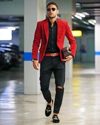 Comment porter: blazer en velours côtelé rouge, chemise de ville noire, pantalon chino noir, slippers en velours brodés noirs