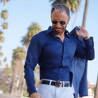 Comment porter: blazer bleu, chemise de ville bleu marine, pantalon chino blanc, ceinture en cuir noire
