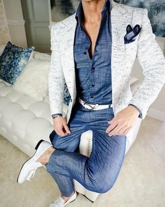 Comment porter: blazer en tweed blanc, chemise de ville en chambray bleue, pantalon chino en chambray bleu, mocassins à pampilles en cuir blancs