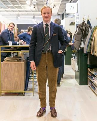 Comment porter une cravate à rayures verticales bleu marine après 40 ans: Associe un blazer noir avec une cravate à rayures verticales bleu marine pour un look classique et élégant. Termine ce look avec une paire de des mocassins à pampilles en cuir marron.