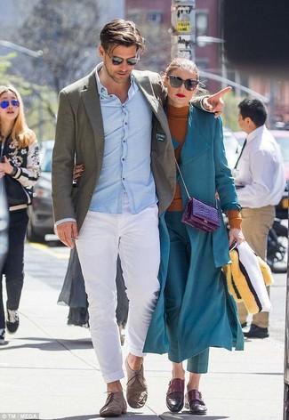 Comment porter: blazer en laine olive, chemise de ville bleu clair, pantalon chino blanc, chaussures derby en daim marron