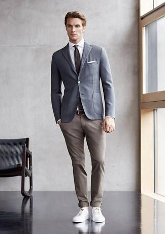 Comment porter: blazer en coton gris, chemise de ville blanche, pantalon chino marron clair, baskets basses en cuir blanches