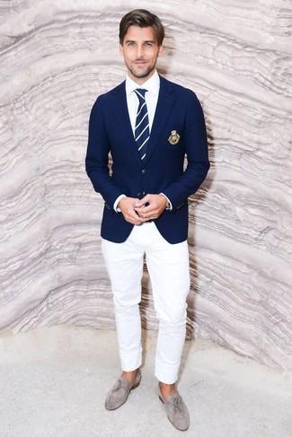Comment porter une cravate à rayures verticales bleu marine et blanc: Choisis un blazer bleu marine et une cravate à rayures verticales bleu marine et blanc pour une silhouette classique et raffinée. Une paire de des mocassins à pampilles en daim gris est une option parfait pour complèter cette tenue.