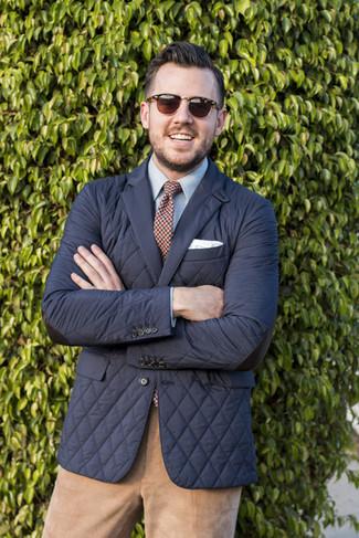 Comment porter un pantalon chino en velours côtelé marron clair: Harmonise un blazer matelassé noir avec un pantalon chino en velours côtelé marron clair pour créer un look chic et décontracté.