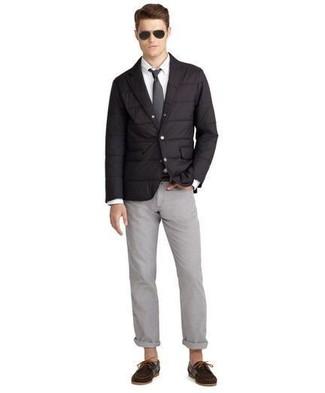 Comment porter: blazer matelassé noir, chemise de ville blanche, pantalon chino gris, chaussures bateau en daim marron foncé