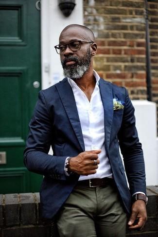 Comment porter: blazer bleu marine, chemise de ville blanche, pantalon chino olive, pochette de costume chartreuse