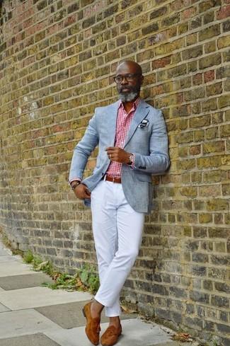 Comment porter: blazer gris, chemise de ville en vichy blanc et rouge, pantalon chino blanc, mocassins à pampilles en daim tabac