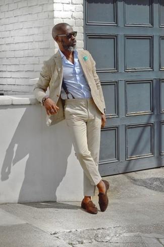 Comment porter: blazer beige, chemise de ville bleu clair, pantalon chino beige, double monks en daim marron foncé