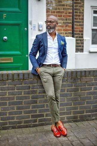Comment porter: blazer bleu, chemise de ville blanche, pantalon chino olive, mocassins à pampilles en cuir rouges