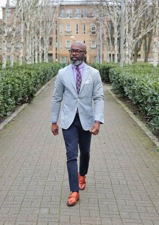 Comment porter: blazer gris, chemise de ville rose, pantalon chino bleu marine, double monks en cuir tabac