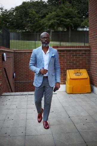 Comment porter: blazer bleu clair, chemise de ville blanche, pantalon chino gris, mocassins à pampilles en cuir rouges