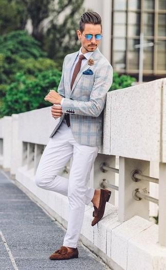 Comment porter: blazer écossais bleu clair, chemise de ville blanche, pantalon chino blanc, mocassins à pampilles en daim marron foncé