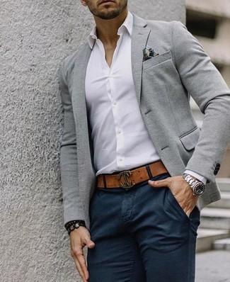 Comment porter: blazer en laine gris, chemise de ville blanche, pantalon chino noir, pochette de costume imprimée multicolore