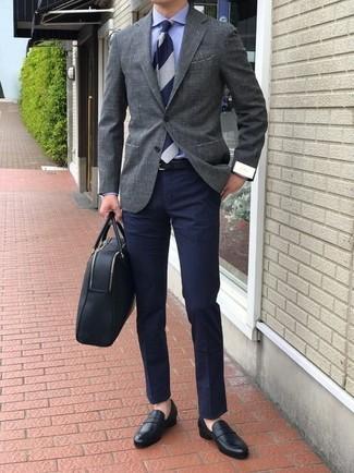 Comment porter: blazer gris, chemise de ville bleue, pantalon chino bleu marine, slippers en cuir noirs