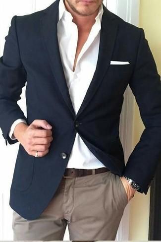 Comment porter: blazer noir, chemise de ville blanche, pantalon chino marron, pochette de costume blanche