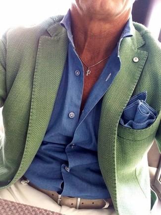 Comment porter: blazer vert, chemise de ville bleue, pantalon chino beige, pochette de costume bleue