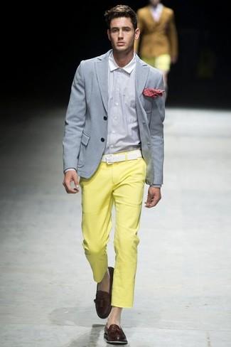 Comment porter: blazer gris, chemise de ville blanche, pantalon chino jaune, mocassins à pampilles en cuir marron foncé