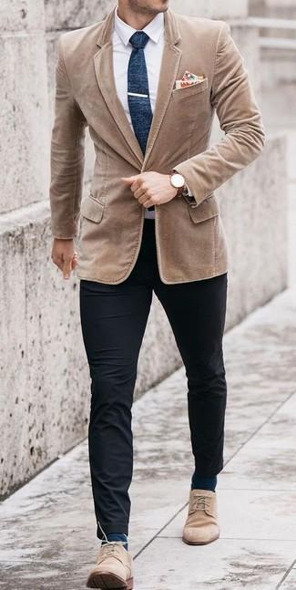 Comment porter une cravate en laine bleu marine: Choisis un blazer en velours côtelé marron clair et une cravate en laine bleu marine pour un look classique et élégant. Pour les chaussures, fais un choix décontracté avec une paire de des bottines chukka en daim beiges.