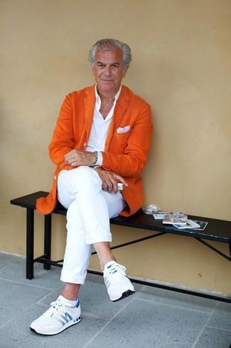 Comment porter: blazer en laine orange, chemise de ville blanche, pantalon chino blanc, chaussures de sport blanches