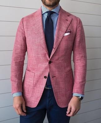 Comment porter: blazer rose, chemise de ville à rayures verticales blanc et bleu marine, pantalon chino bleu marine, cravate en tricot bleu marine
